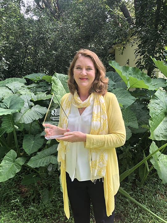 Melinda Lis with award